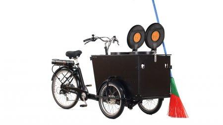 Triporteur Babboe E-Clean pour nettoyer rues et allées.